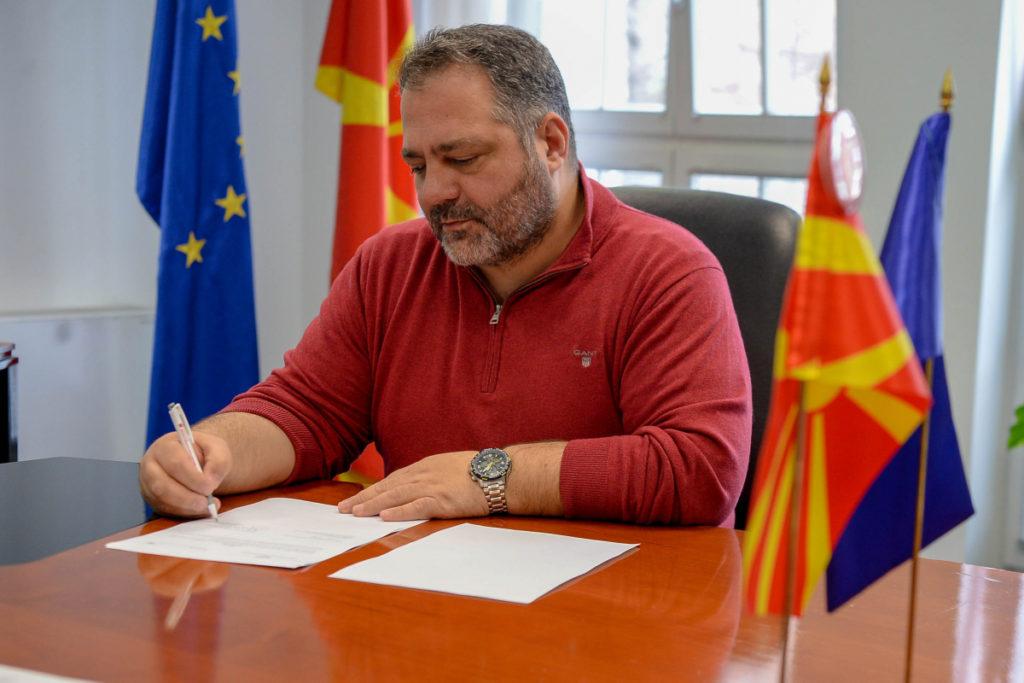 Извршниот директор на Фондацијата Метаморфозис, Бардил Јашари на потпишувањето на меморандумот за соработка во Владата на Република Северна Македонија